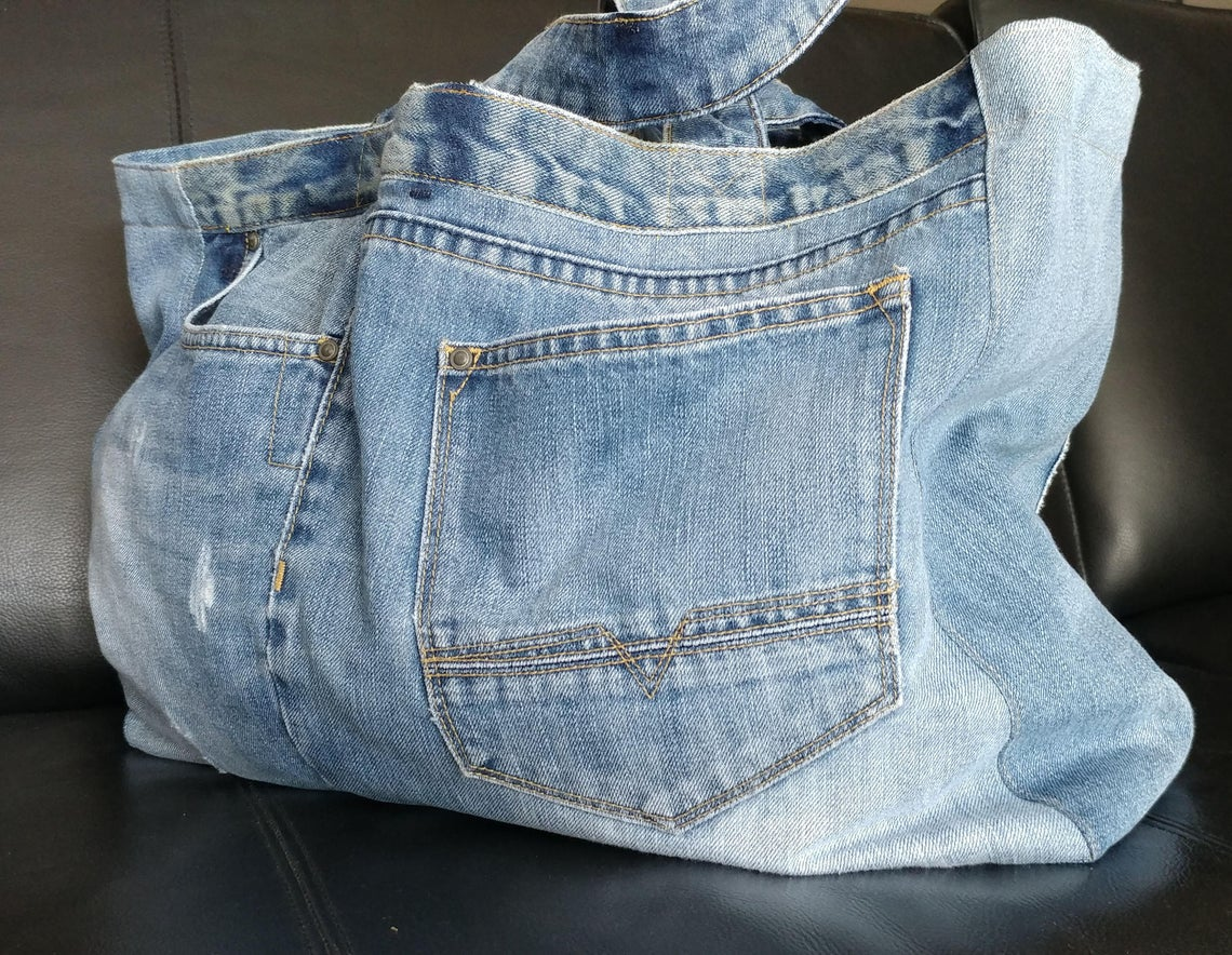 Eco bag of recycled denim with double handles and pockets.